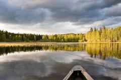 Espejo en el lago en Finlandia Foto de archivo libre de regalías