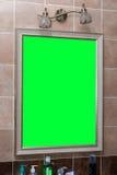 Espejo en la pared en el cuarto de baño Imagenes de archivo