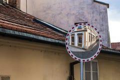 Espejo en un viejo cuarto de Praga, República Checa imagen de archivo libre de regalías