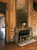Espejo grande en una chimenea en el palacio de Versalles, Francia fotos de archivo