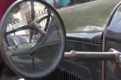 Espejo lateral del coche. Imagen de archivo