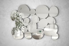 Espejo moderno en la forma de los guijarros que cuelgan en la pared que refleja la escena del diseño interior, cuarto de baño bri foto de archivo