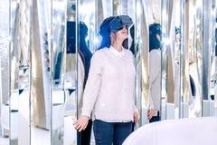 Espejo moreno del teléfono de la reflexión del fondo de VR de la muchacha de la cara de la mujer de las auriculares blancas de la fotos de archivo libres de regalías