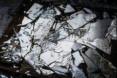 Espejo quebrado en la tierra fotos de archivo libres de regalías