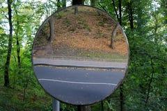 Espejo redondo en un camino y una acera reflectores del parque imagenes de archivo