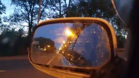 Espejo retrovisor en un primer móvil del coche almacen de video