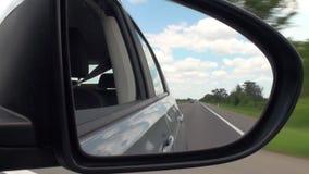 Espejo retrovisor HD lleno del camino y del coche almacen de video