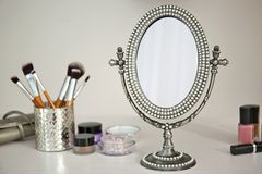 Espejo y cosméticos antiguos foto de archivo libre de regalías