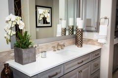 Espejo y fregadero interiores caseros del cuarto de baño imágenes de archivo libres de regalías
