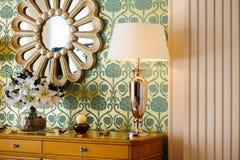 Espejo y lámparas de lectura en el dormitorio Foto de archivo