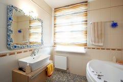 Espejo y lavabo hermosos Foto de archivo
