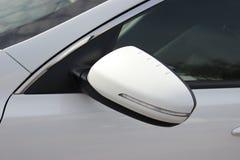 Espejo y ventanas de coche del lado de la puerta Pieza blanca del coche imágenes de archivo libres de regalías