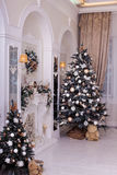 Espejos adornados de los árboles de navidad cerca, chimenea Imagen de archivo libre de regalías