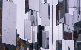Espejos colgantes en la ciudad foto de archivo libre de regalías