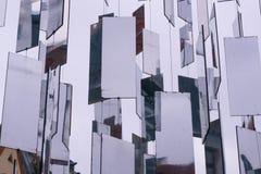 Espejos colgantes en la ciudad fotos de archivo