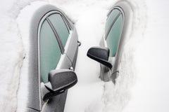 Espejos de coche de dos coches enterrados en la nieve después de la nevada Montreal, CA imágenes de archivo libres de regalías