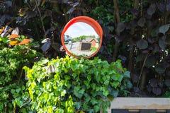 Espejos de la vigilancia o espejo del tráfico en un empalme fotos de archivo libres de regalías