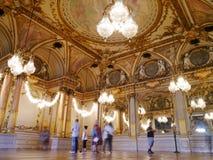 Espejos de oro franceses de Musee D'Orsay y techos pintados foto de archivo libre de regalías
