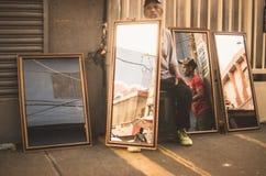 Espejos dominicanos de las ventas de los vendedores en Duarte Street, Santo Domingo dr Fotos de archivo libres de regalías