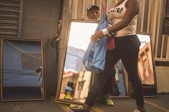Espejos dominicanos de las ventas de los vendedores en Duarte Street, Santo Domingo dr foto de archivo