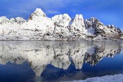 Espejos en el fiordo congelado imagen de archivo libre de regalías