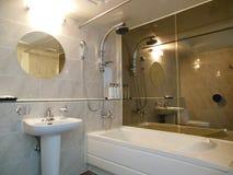 Espejos lujosos del cuarto de baño, bañera, lavabo nadie imagen de archivo