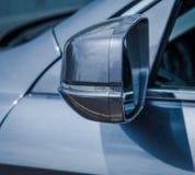 Espejos modernos del lado del coche con el indicador incorporado foto de archivo