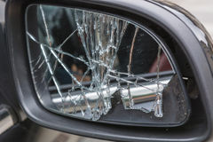 Espejos quebrados del lado del coche fotografía de archivo