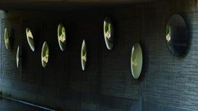 Espejos reflectantes debajo del puente sobre el canal imagen de archivo