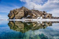 Espelhando a ilha na água no Lago Baikal Foto de Stock