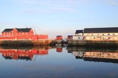 Espelhar da construção de Henningsvaer foto de stock