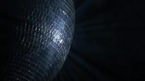 Espelhe a bola, igualmente conhecida como uma bola do disco, girando contra o preto Fim acima video estoque