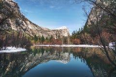 Espelhe o lago no inverno - parque nacional de Yosemite, Califórnia, EUA foto de stock royalty free