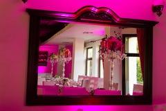 Espelho com a tabela de jantar no casamento Imagens de Stock