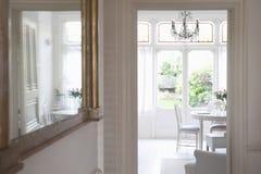 Espelho com vista da sala de visitas Imagem de Stock Royalty Free