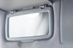 Espelho conveniente no carro para a menina fotos de stock royalty free