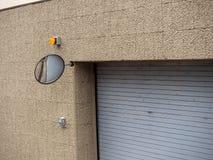 Espelho da segurança no canto da entrada complexa da construção da garagem de estacionamento fotografia de stock royalty free