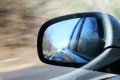 Espelho de asa do carro no movimento imagem de stock