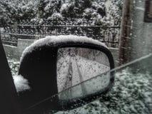 Espelho de carro em um dia da neve foto de stock