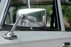 Espelho de carro em uma embalagem do cromo em um carro cinzento fotografia de stock