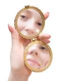 Espelho de dobramento da preensão da mão da mulher Foto de Stock Royalty Free