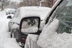 Espelho de um carro coberto na neve Fotos de Stock Royalty Free