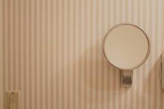 Espelho do banheiro na parede fotografia de stock