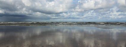 Espelho do céu no panorama da praia imagem de stock royalty free
