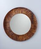 Espelho do círculo criado pelo quadro de madeira marrom Imagem de Stock