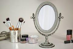 Espelho e cosméticos antigos foto de stock royalty free