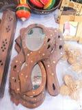 Espelho handheld de madeira imagens de stock