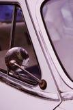 Espelho lateral de um tiro velho do carro do vintage acima de próximo foto de stock royalty free
