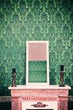Espelho na chaminé na sala com a parede retro do teste padrão do vintage Fotografia de Stock Royalty Free