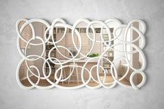 Espelho torcido moderno da forma que pendura na cena refletindo do design de interiores da parede, na cozinha branca e de madeira fotografia de stock